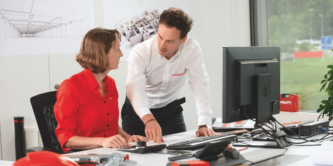 Two Hilti engineers collaborating on BIM design